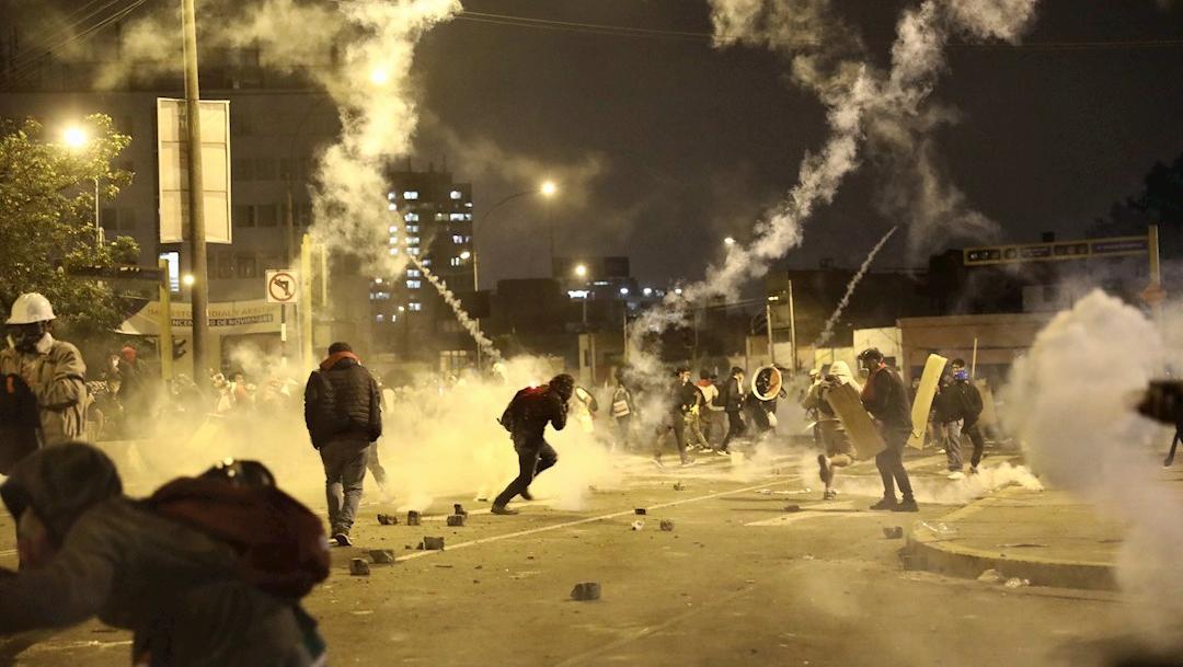 Policías y manifestantes se enfrentan durante una multitudinaria marcha de protesta contra el nuevo gobierno del presidente Manuel Merino.