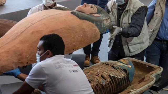 Hallan un centenar de sarcófagos en El Cairo