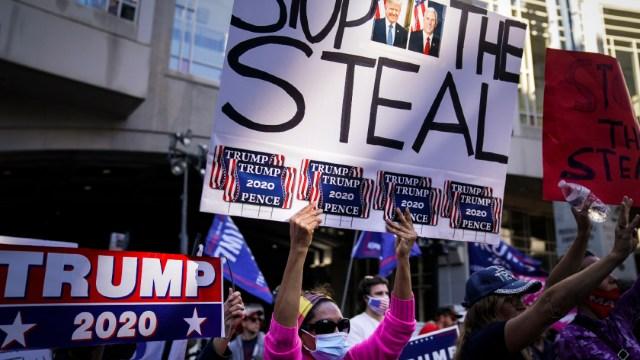 Simpatizantes del presidente Donald Trump muestran carteles que afirman que la elección está siendo robada en Filadelfia. (Foto: AP)