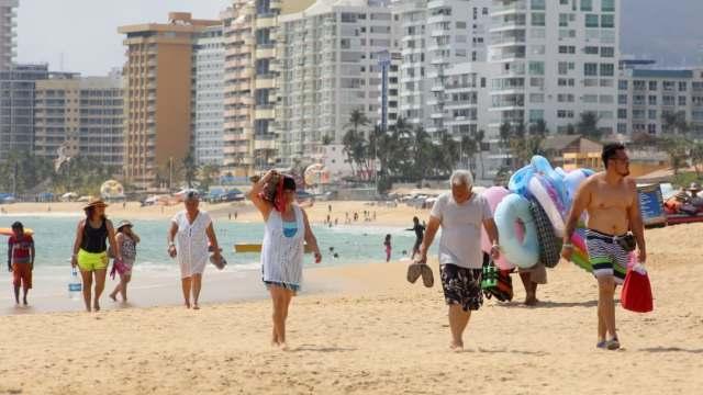 Turistas aprovechan fin de semana y llegan a playas de Guerrero