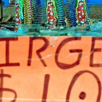 Comerciantes rematan imágenes religiosas afuera de la Basílica de Guadalupe