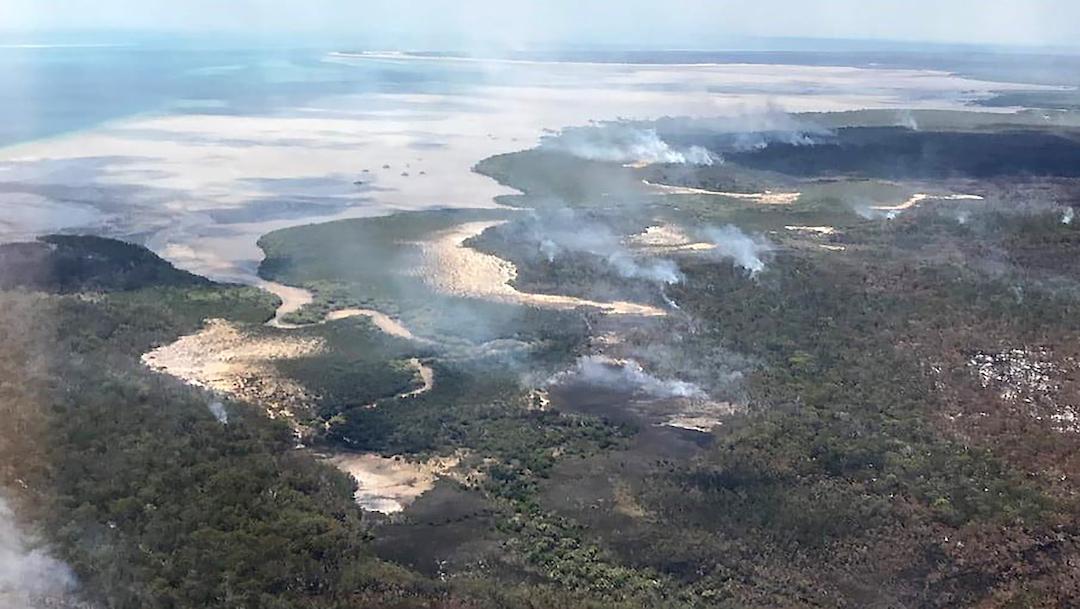 El fuego devora la mitad de la mayor isla de arena del mundo en Australia