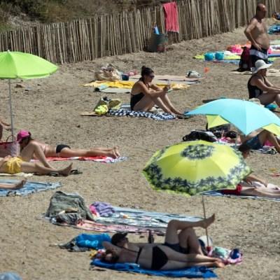 Gente asoleándose en la playa