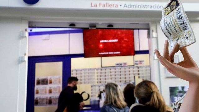 Varias personas se forman para comprar un billete del sorteo de Navidad que se celebra en España.