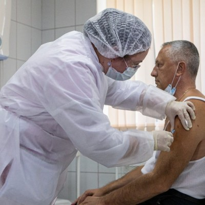 Reino Unido aprueba vacuna contra COVID-19 de Pfizer y BioNTech, será primer país en iniciar vacunación
