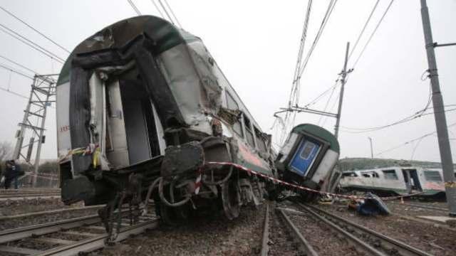 Tren arrolla autobús en Bangladesh, mueren 12 personas