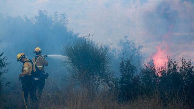 Viento aviva incendio forestal que arde en sur de California