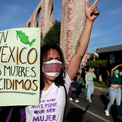 Un grupo de feministas marchan en el estado de Querétaro
