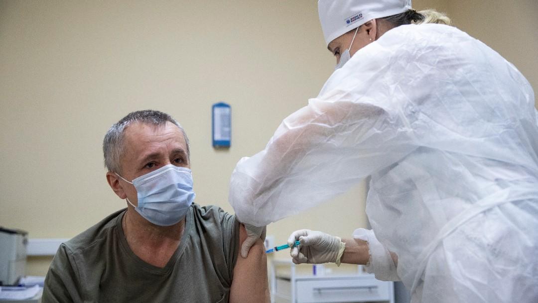 Aplican vacuna Sputnik V a hombre en Rusia