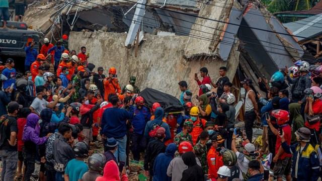 Aumenta a 56 el número de muertos por terremoto en Indonesia