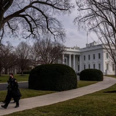 Personal del Servicio Secreto de EEUU camina en los alrededores de la Casa Blanca en Washington
