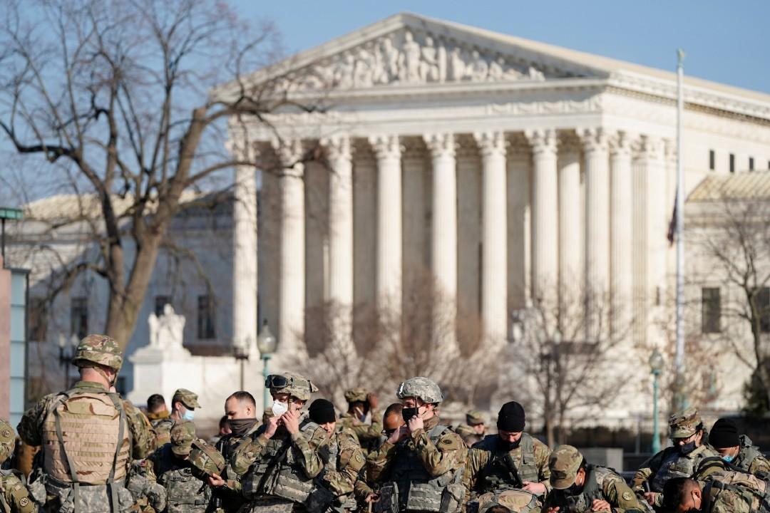 Guardia-Nacional-duerme-en-el-suelo-del-Capitolio