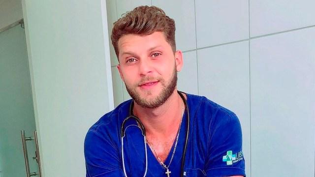 Hombre musculoso presume recibir vacuna y reacción de enfermera se hace viral