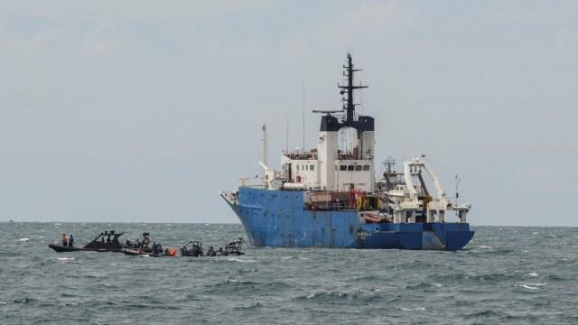 Indonesia reanuda búsqueda de caja negra y restos del avión accidentado con 62 ocupantes