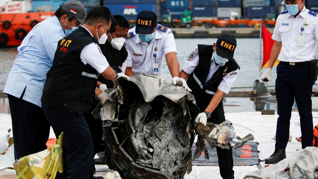Indonesia suspende temporalmente la búsqueda de restos del avión accidentado