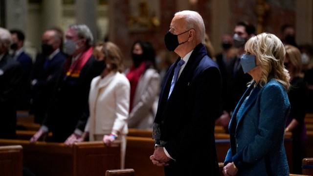 Joe Biden y su esposa Jill en oficio religioso