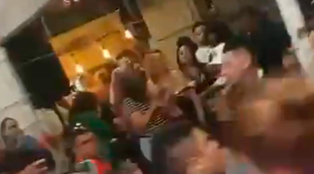 Personas son captadas en chelería de Tepito con música en vivo