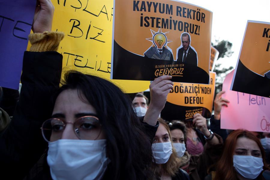 Dispersan-a-estudiantes-con-gas-lacrimógeno-en-Turquía
