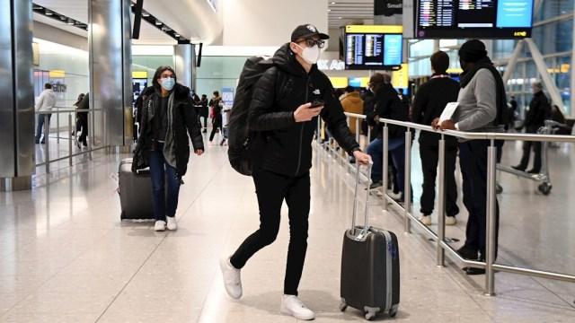 Reino Unido evalúa aislar en hoteles a todos los viajeros que arriben al territorio