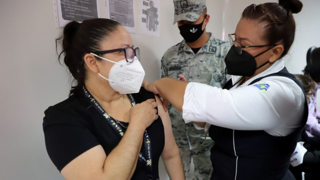 Aplicación de la vacuna a personal sanitario en el Hospital de la Mujer en Culiacán