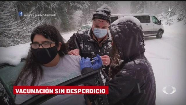 vacunan a automovilistas varados en la nieve