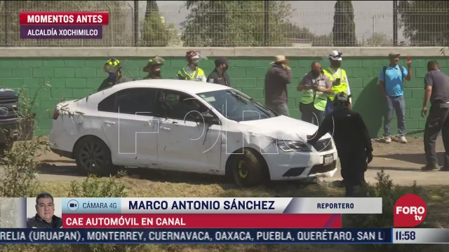 automovil pierde el control y cae en el canal de chalco