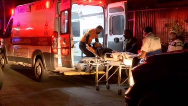 Unidades de emergencia trasladan a un hospital al joven herido (FOROtv)