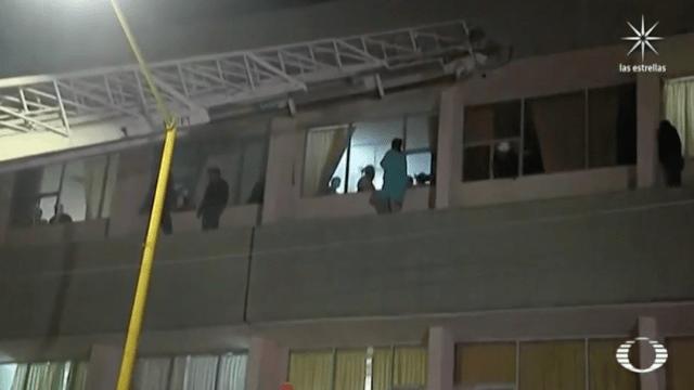 Bomberos de Saltillo rescatan a mujer que intentó arrojarse del tercer piso de un hospital