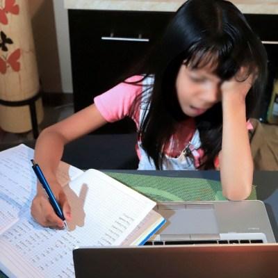 Con spots de radio y llamadas motivan a niños en Puebla a no abandonar clases en línea