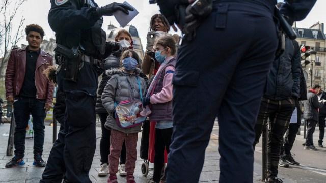Uso de cubrebocas en Francia (Getty Images)
