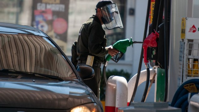 Un hombre atiende a un cliente dentro de una gasolinera