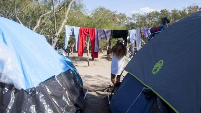Migrantes de Matamoros comienzan tramites para cruzar a EEUU