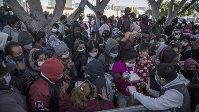 Migrantes en Tijuana esperan en 'El Chaparral' inicio de trámites de asilo a EEUU