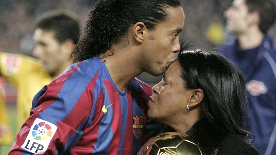 El exfutbolista brasileño Ronaldinho Gaúcho besa a su madre Miguelina Elói Assis dos Santos en la frente
