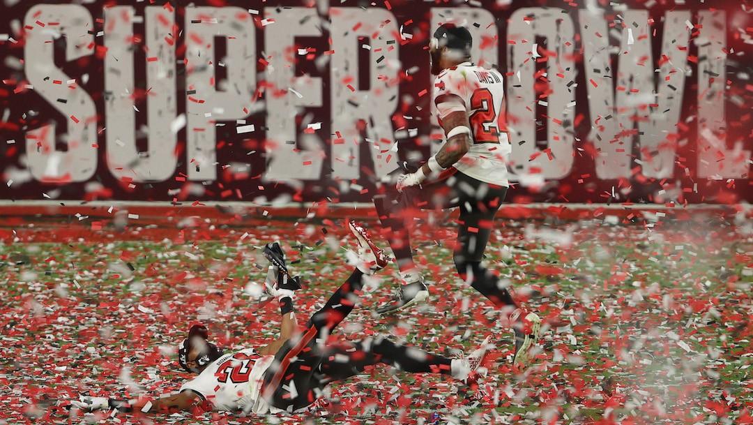 Buccaneers celebran mientras cae el confeti después de derrotar a Kansas City en el Super Bowl LV (Getty Images)