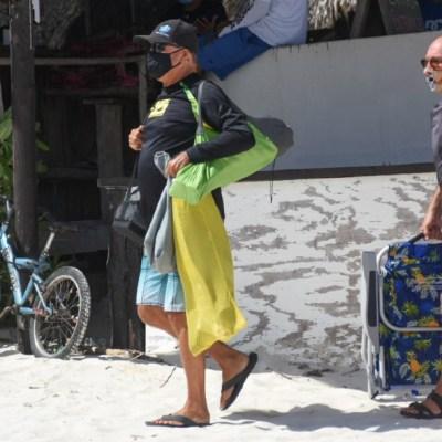 Turistas disfrutan de las cálidas aguas del Caribe mexicano
