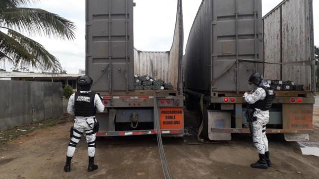 Elementos de la Guardia Nacional recuperaron dos tractocamiones cargados con varilla de dudosa procedencia en Veracruz