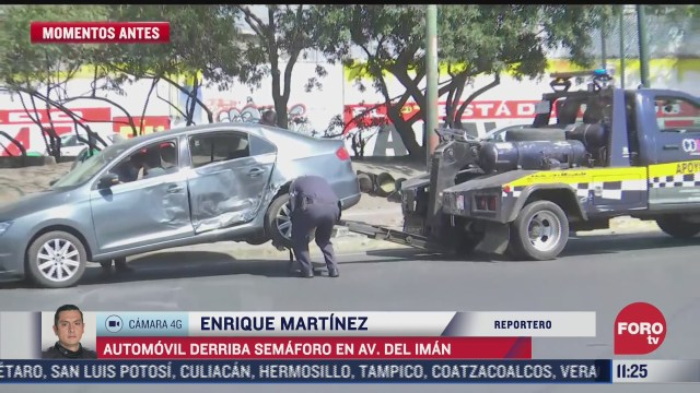 automovil derriba semaforo en avenida del iman en cdmx