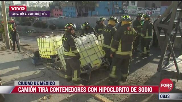 camion tira varios contenedores con cloro en la cdmx