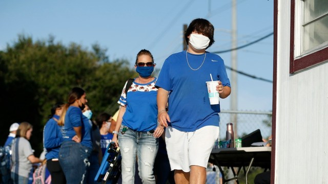 Ciudadanos usan cubrebocas en Texas (Getty Images)
