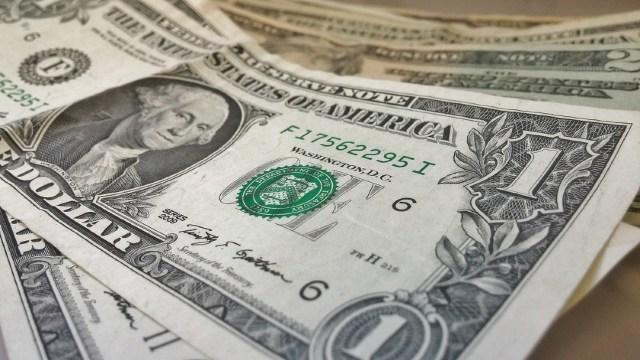 Dólar cierra a 21.71 pesos fortalecido por datos positivos del empleo en EEUU