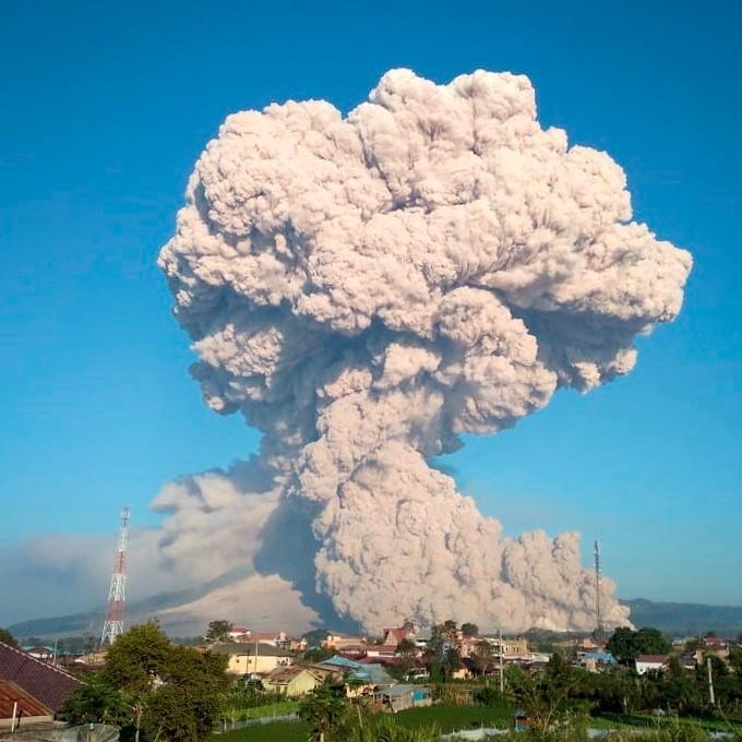 El volcán indonesio Sinabung emite columna de humo de 5 mil metros de altura