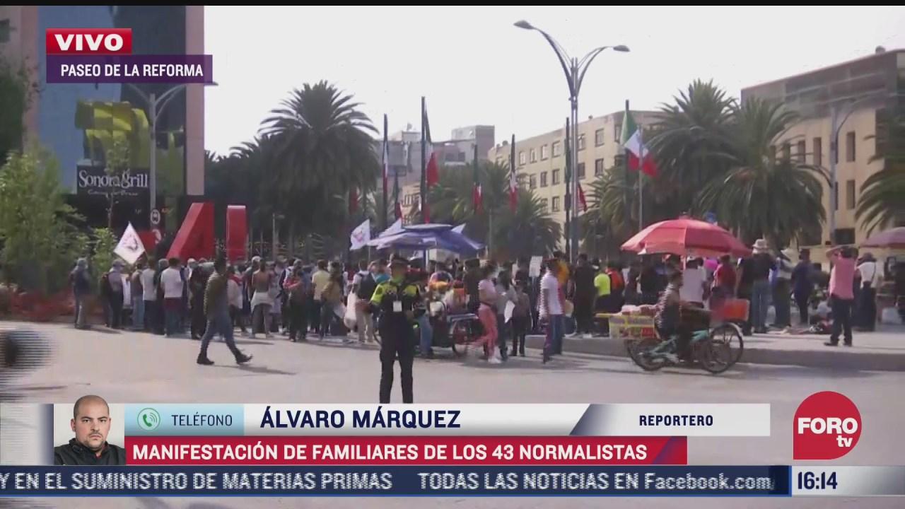 familiares de los 43 normalistas de ayotzinapa se manifiestan en paseo de la reforma