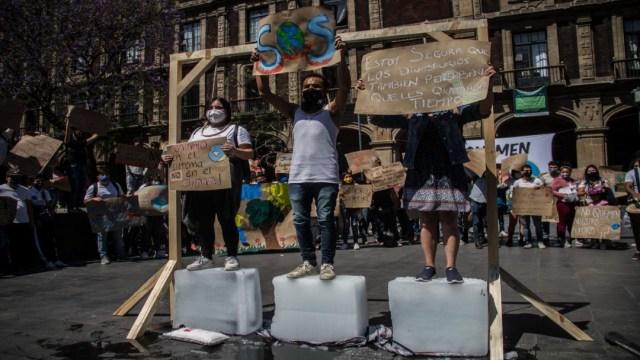Jóvenes presentan juicios de amparo contra Ley de Industria Eléctrica en protesta frente a la SCJN