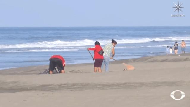 'Las Guardianas' de la playa Puerto Arista limpian basura y evitan saqueo de tortugas