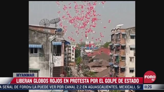liberan globos rojos en protesta por el golpe de estado en myanmar