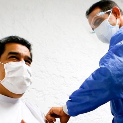 El presidente de Venezuela, Nicolás Maduro, mientras es vacunado (EFE)