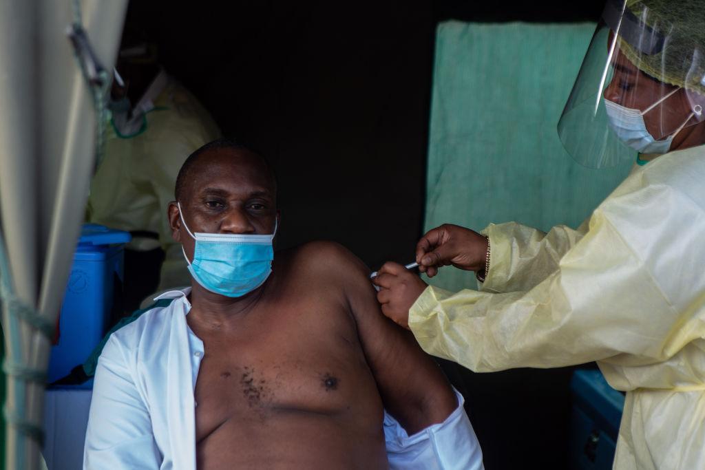 Ministro de Estado Owen Mudha Ncube recibe primera dosis de vacuna covid