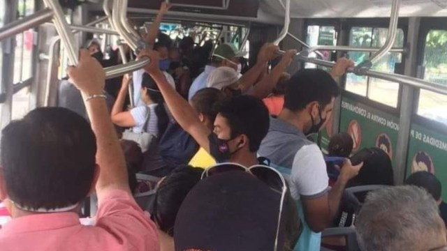 Usuarios y choferes de transporte público de Acapulco relajan medidas sanitarias contra COVID