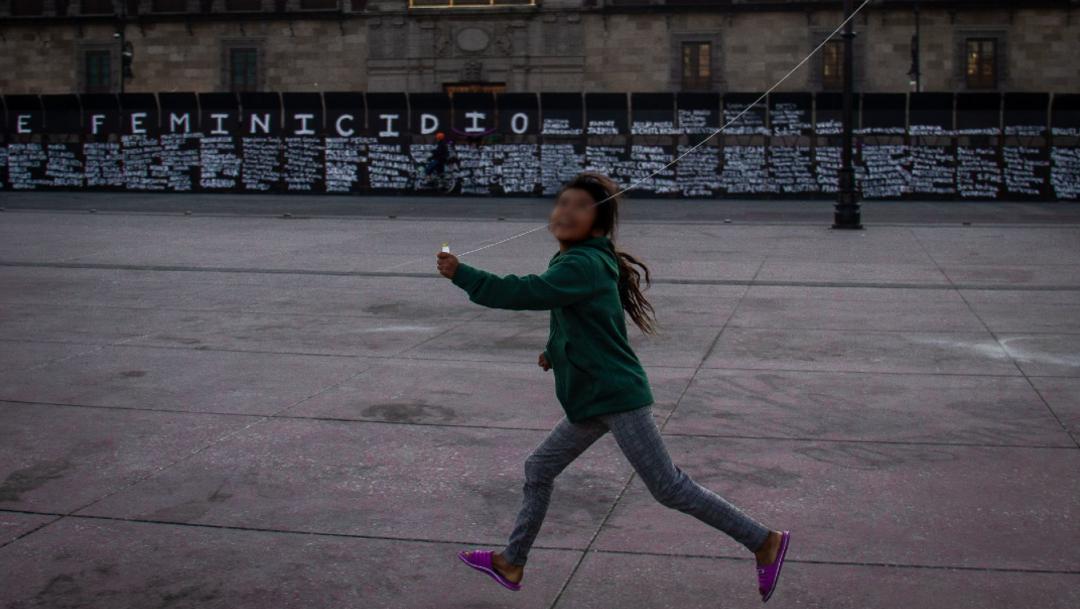 Colectivos feministas convierten la valla metálica del Zócalo en homenaje a víctimas de feminicidio